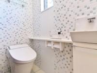 モザイクタイル貼りのトイレ