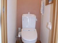 【トイレ】以前は和式の暗く狭い空間でしたが、洋式トイレへ変更し白色を基調とした清潔感のある空間に!