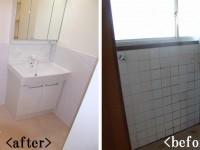 【洗面所】施工前は冷たくカビ臭い空間でしたが、白を基調とした素材を使う事により 明るく清潔な空間へ!お手入れもラクラク仕様になりました。