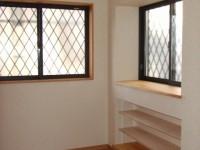 【増築部分】出窓の下に棚がほしい!との ご要望でしたので高さが変えれる棚を設置出来るよう造作しました。