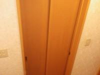 【洗面所】既存のドアは、内側に開くドアでした。 使い勝手が悪かったので、2枚連動の吊り戸を設置。建具は既存の物を利用。