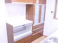 収納力が高く、炊飯器・ポットなどをコンパクトに一か所に置けるカップボードを選択。
