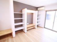【リビング】お施主様のご希望とおり TVボードまわりには可能な限りの収納スペースを設けました。