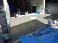 左官屋が綺麗にならしているところです。最後は 刷毛引きで 滑りにくい表面に仕上げました。