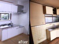 【キッチン】長年の油汚れやホコリがこびりつき、暗いイメージでした。<BR>掃除がしやすい用キッチン台まわりにはパネルを施工。