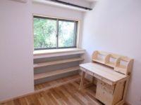 出窓風に造作し 収納スペースを設けました。
