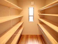 < ウォークインクローゼット > 可動式の棚、取り外し可能な服かけなど お施主様のお好みで変更できるよう造作しました。<BR>床材:杉材 、 天井・壁:布クロス