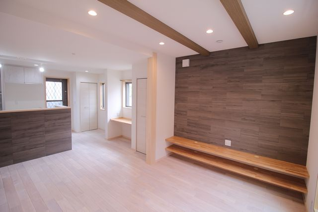 TVカウンターの壁にはアクセントとして『エコカラット』を選択。<BR>床材の北海道産 タモ材は、お施主様が希望された白色へ加工。